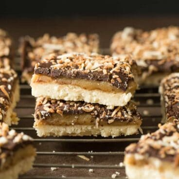 These Samoa Shortbread Bars come have a shortbread crust, easy caramel filling and are topped with chocolate and toasted coconut! A DIY Girl Scout cookie ;)