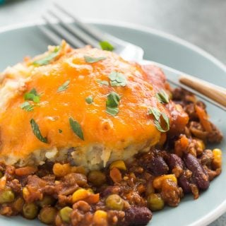 This BBQ Chili Shepherd's Pie is a fun twist on an old favorite! Classic chili with peas and carrots is topped with creamy mashed potatoes and cheddar cheese -- it's easy to make ahead! | easy dinner | easy recipe | beef | cheese | meal prep