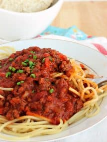 Slow Cooker Spaghetti Sauce: an easy, veggie-loaded sauce that even the pickiest eaters will love! Perfect for those busy weeknights. www.thereciperebel.com