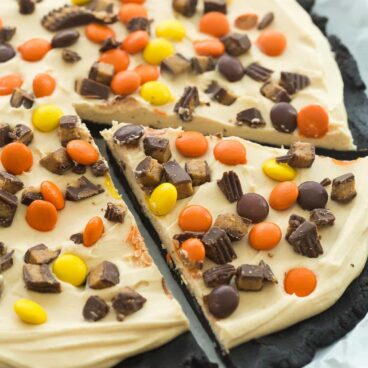 This Frozen Peanut Butter Cup Dessert Pizza is an EASY no bake dessert that has just a few ingredients! A Dairy Queen Treatzza Pizza copycat -- except way better! Make ahead and freezer friendly. Includes how to recipe video | frozen dessert | peanut butter chocolate | Reese's | candy | easy recipe