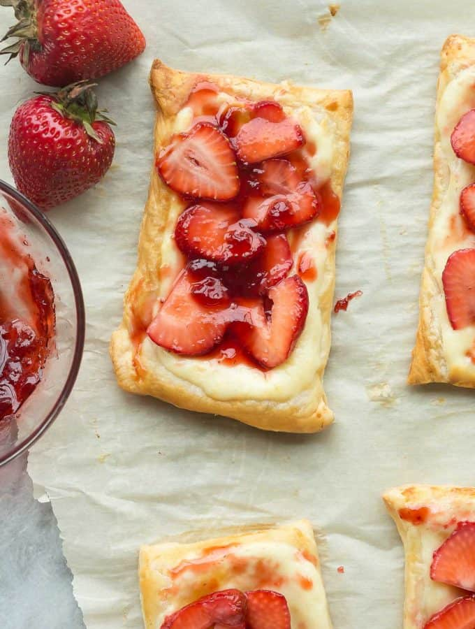 This Easy Strawberry Cream Cheese Danish uses puff pastry and fresh strawberries, making it the ultimate quick summer dessert! Use whatever fruit you like! Includes step by step recipe video. | strawberry recipes | fresh strawberries | summer dessert | easy dessert | puff pastry | puff pastry danish