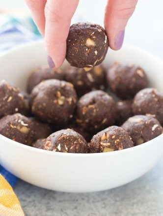 This No Bake Chocolate Hazelnut Energy Bites Recipe is made with oats, hazelnuts, cocoa and sweetened with dates -- they are the perfect healthy snack for lunches or school or work! They are so easy to make -- includes a step by step recipe video. | healthy recipe | protein ball | energy ball | exercise snack | workout snack | healthy recipe | healthy snack