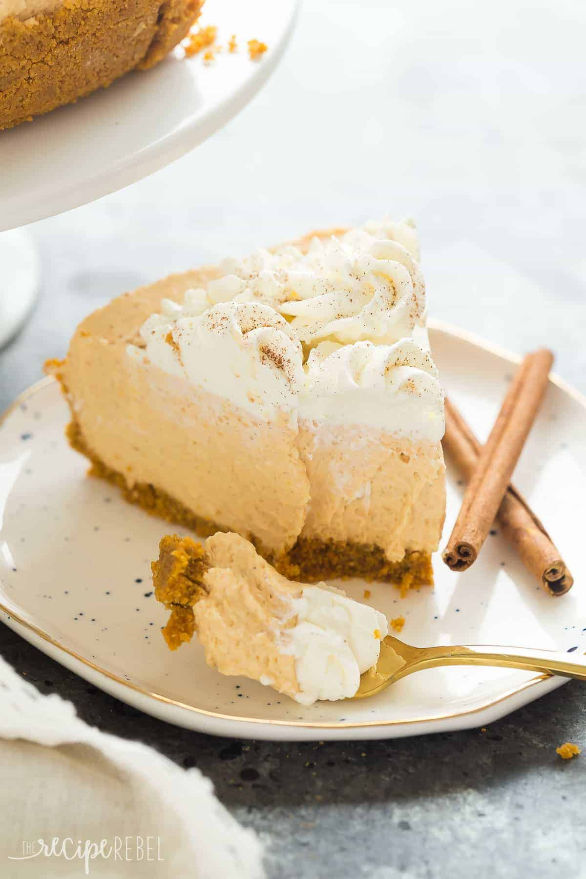These No Bake Pumpkin Cheesecake is so easy, smooth and silky -- the perfect easy dessert for a fall supper or Thanksgiving! Includes step by step recipe video | easy dessert recipe | no bake dessert | thanksgiving | fall | thanksgiving dessert